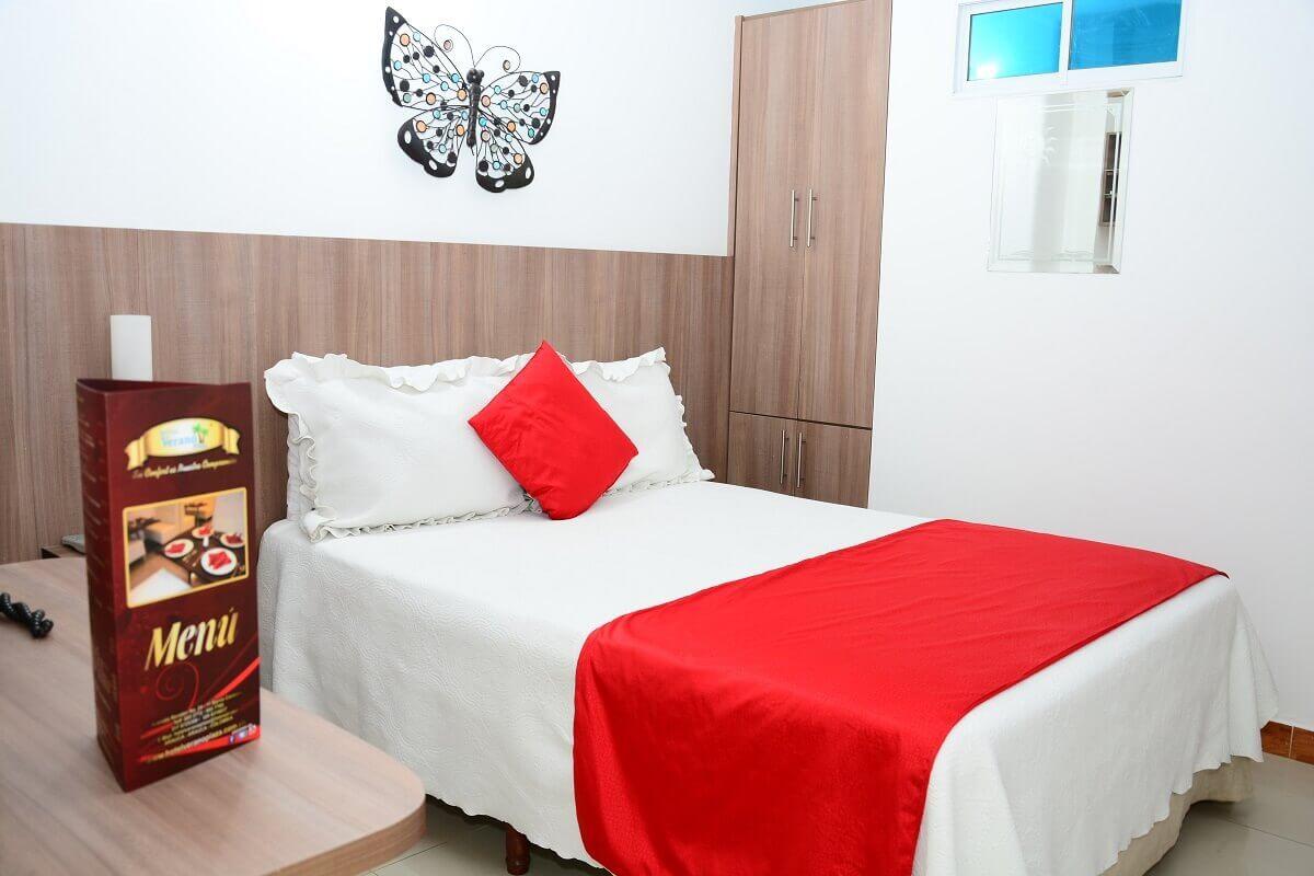hotel-verano-plaza-habitacion-cama-cojines-rojos