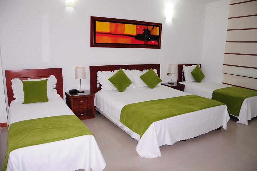 hotel-verano-plaza-habitacion-tres-camas-cojines-verdes